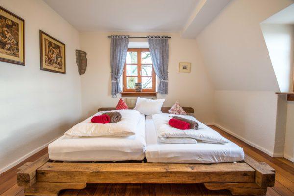 Schlafen wie die Rittersleut auf Eichenbalken-Betten in den ferienwohnungen auf Schloss Auerbach