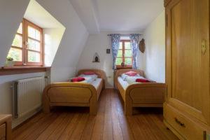 Schlafzimmer mit getrennten Betten