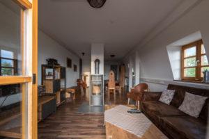 wohnzmmer mit Kamin in der Ferienwohnung Nibelungenland