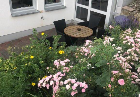 Terrasse mit Blick in den schönen Garten