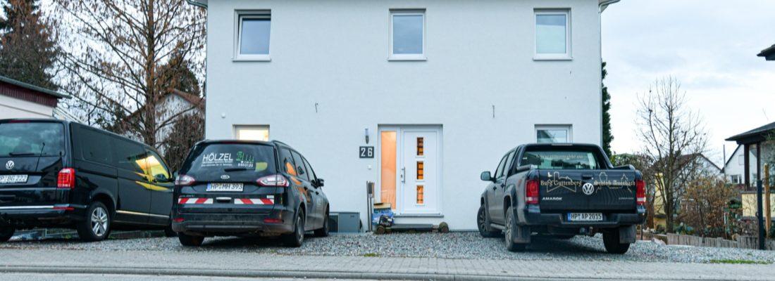 Hausansicht. Parkplatz direkt vor dem Haus