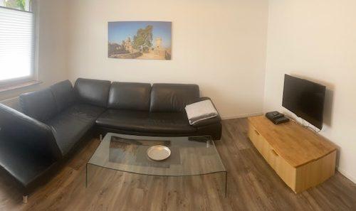 Rolf Benz Ledercouch im Wohnzimmer der Ferienwohnung Heppenheim