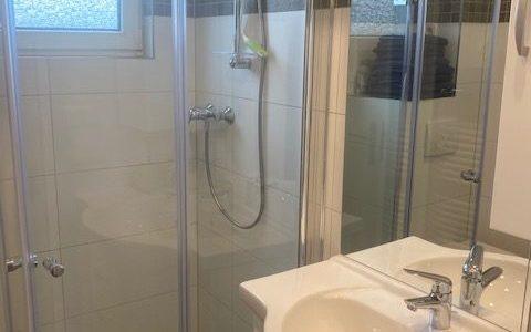 Badezimmer mit stufenloser Dusche in der Ferienwohnung Heppenheim